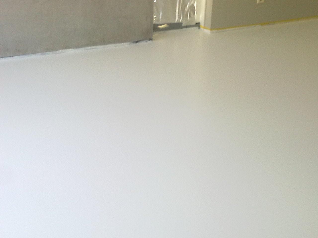 Witte gietvloer in een slaapkamer pimp uw vloer