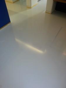 Pimpuwvloer - plaatsing van een gietvloer op linolium in showroom te hasselt